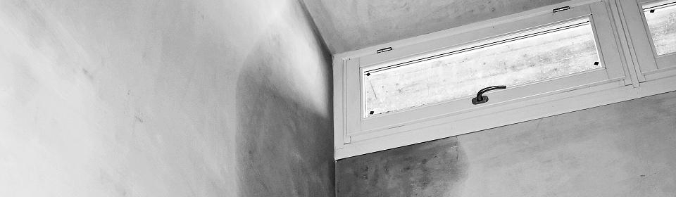 lekkage op grijze muur bij raam